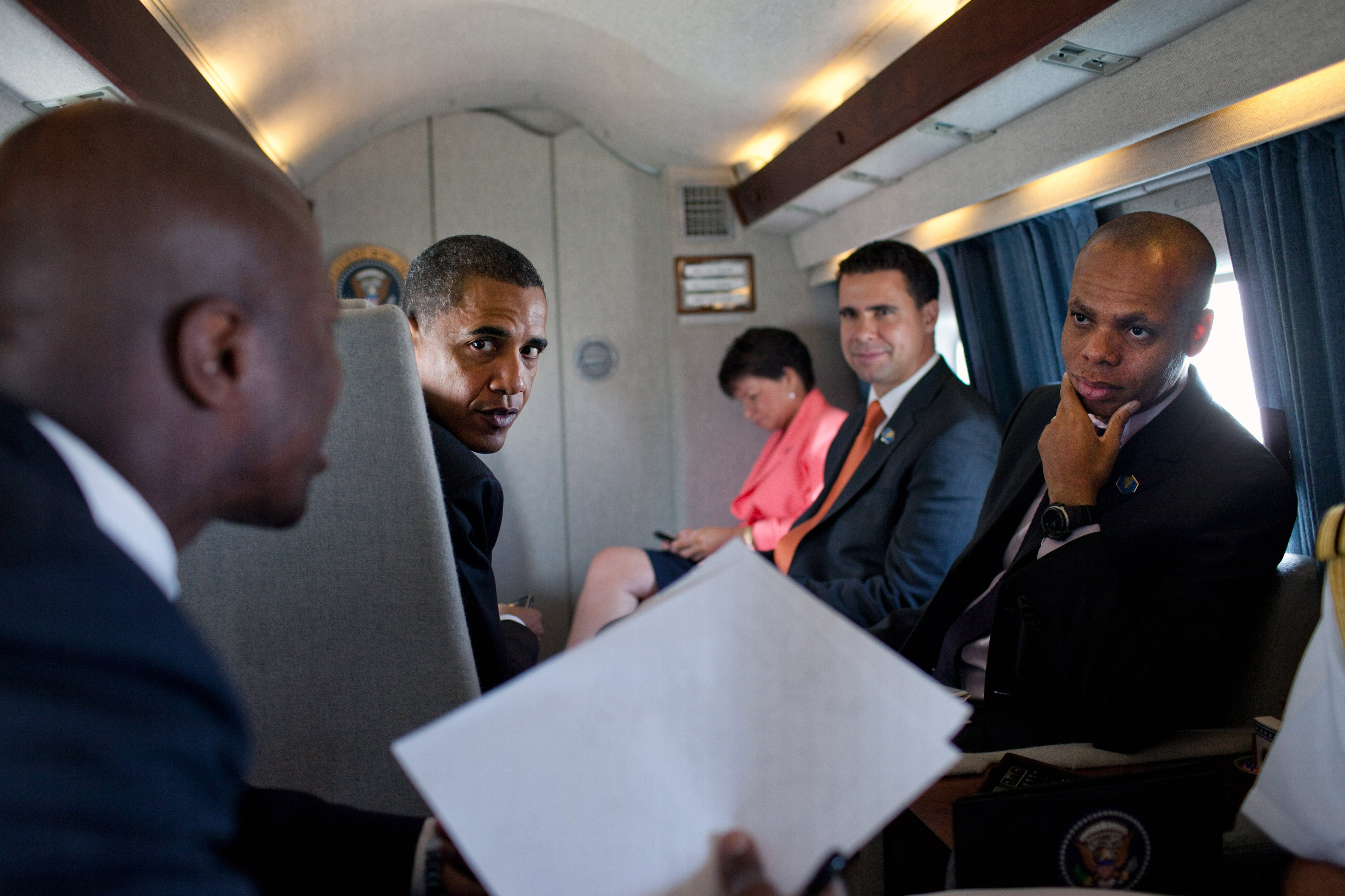 https://upload.wikimedia.org/wikipedia/commons/f/f0/President_Obama_talks_with_personal_aides_aboard_Marine_One,_Aug,_2010..jpg