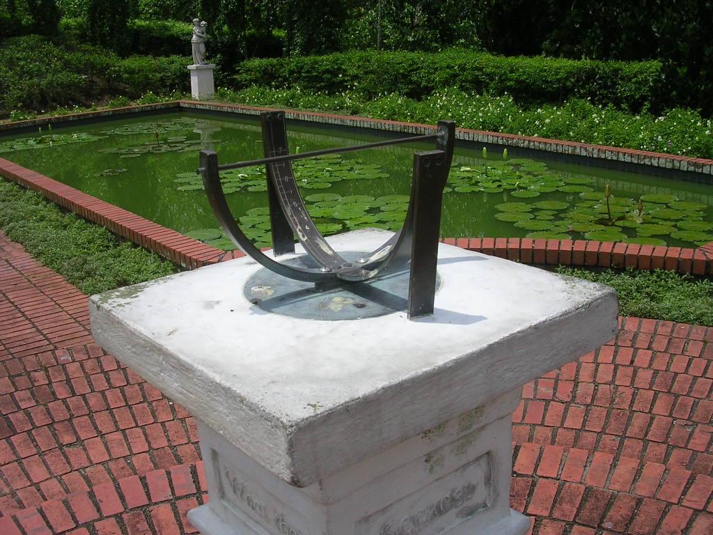 File:Sundial, Singapore Botanic Gardens