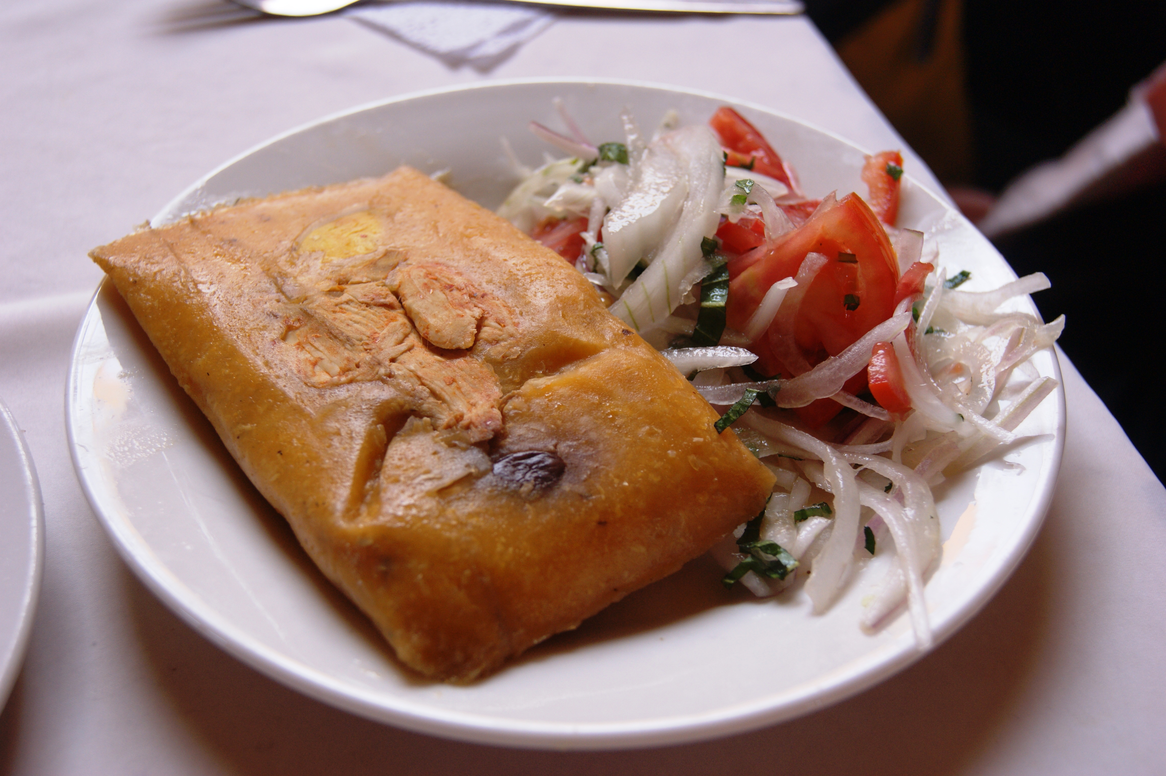 File:Tamal con salsa criolla 2 31072010.jpg - Wikimedia ...