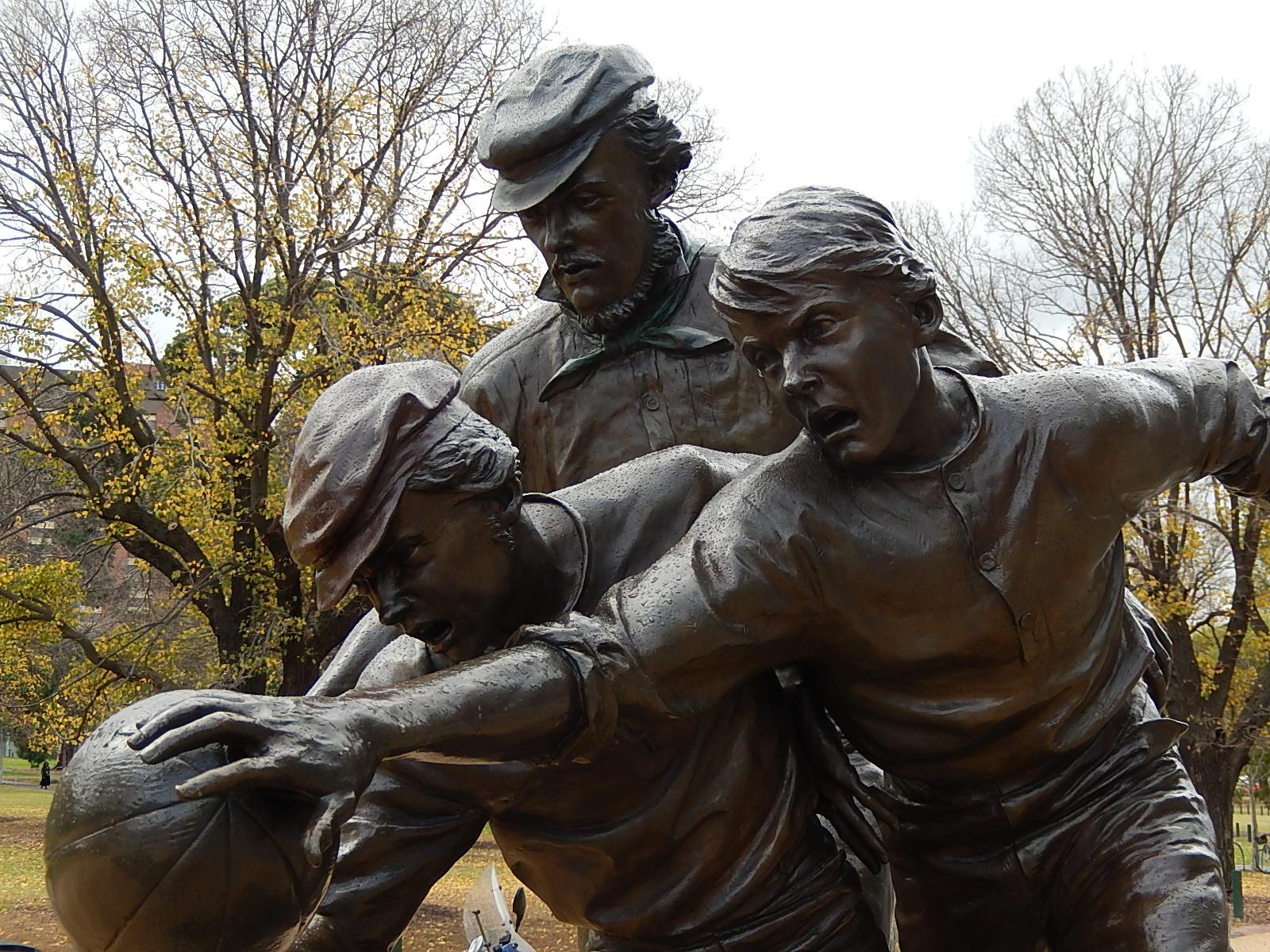 Статуя в Мельбурне, посвящённая изобретению австралийского футбола, который придумал Макадам
