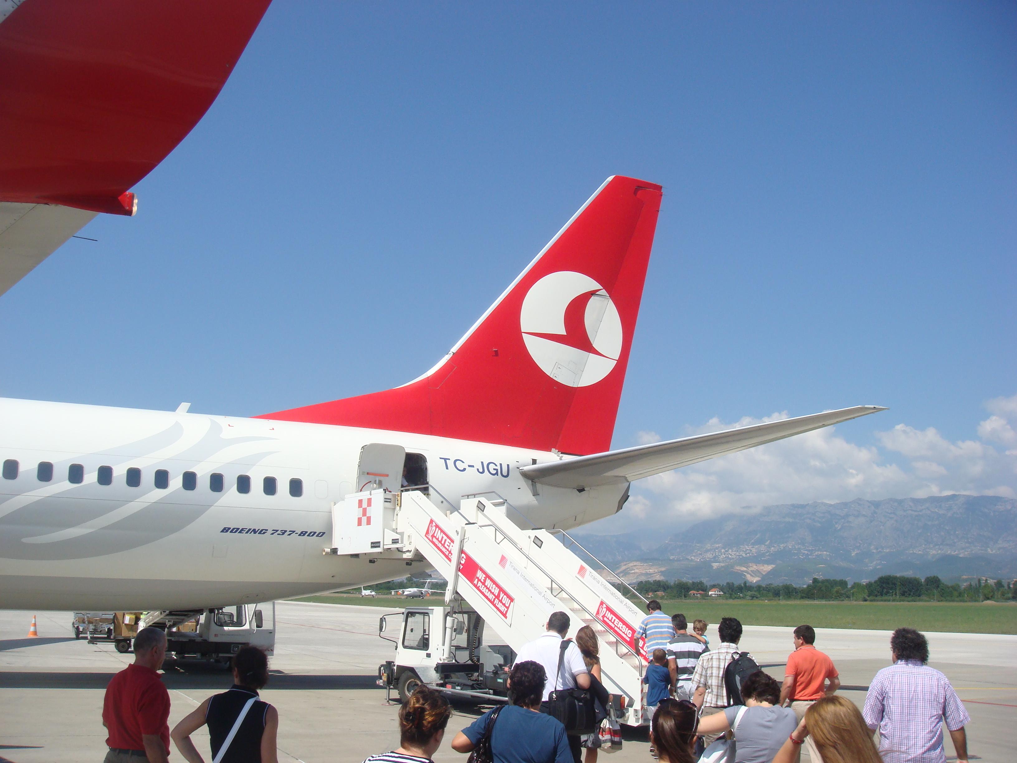 https://upload.wikimedia.org/wikipedia/commons/f/f0/Turkish_Airline.JPG