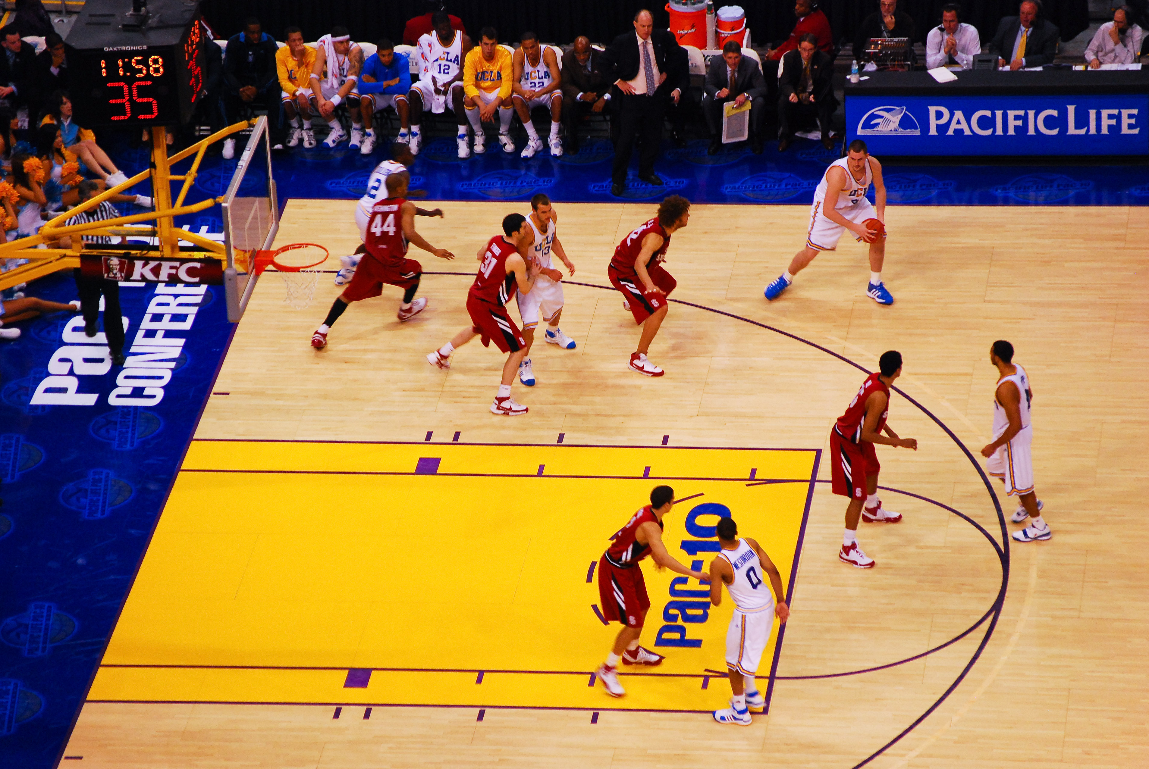 UCLA's_Kevin_Love_on_the_perimeter_at_Pac_10_Championship_game_against_Stanford_at_Staples_Center,_Los_Angeles,_2008