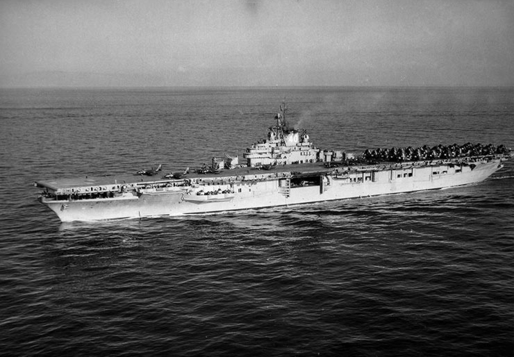 File:USS Tarawa (CVA-40) underway on 18 December 1952.jpg
