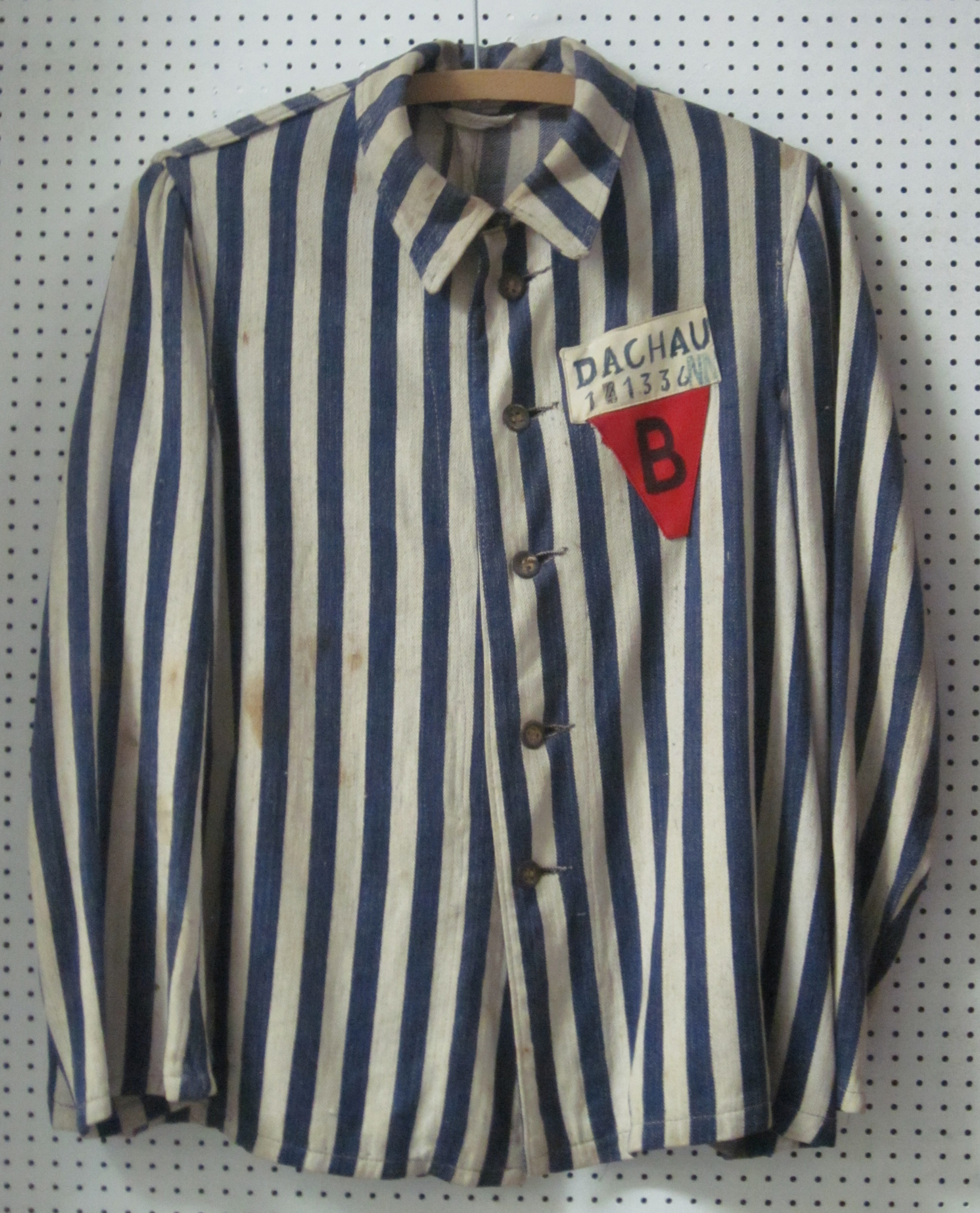 File:Uniform of a Belgian political prisoner in Dachau.jpg ...