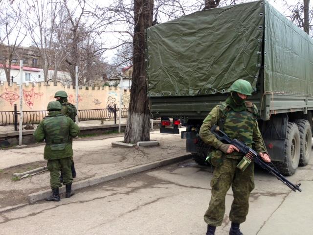 Soldaten ohne Hoheitsabzeichen Anfang März in Simferopol