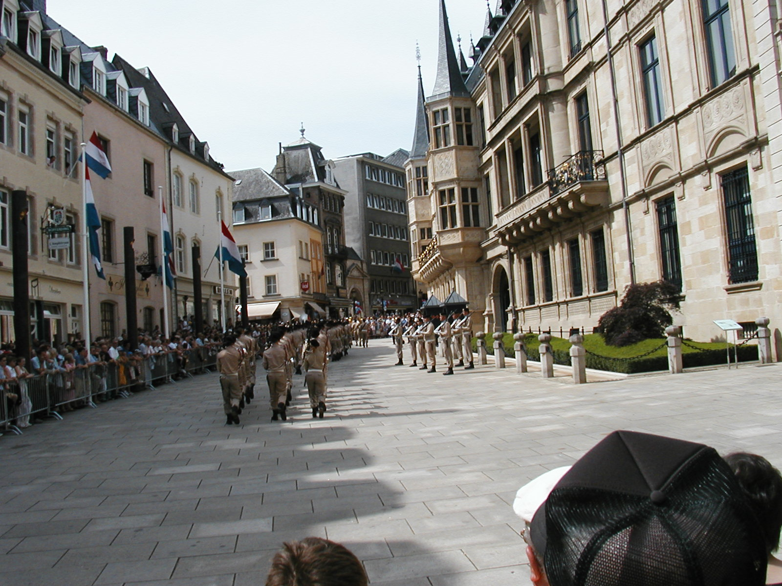 Grand Foyer Palais Du Luxembourg : File wachwechsel vom grossherzoglichen palais luxembourg