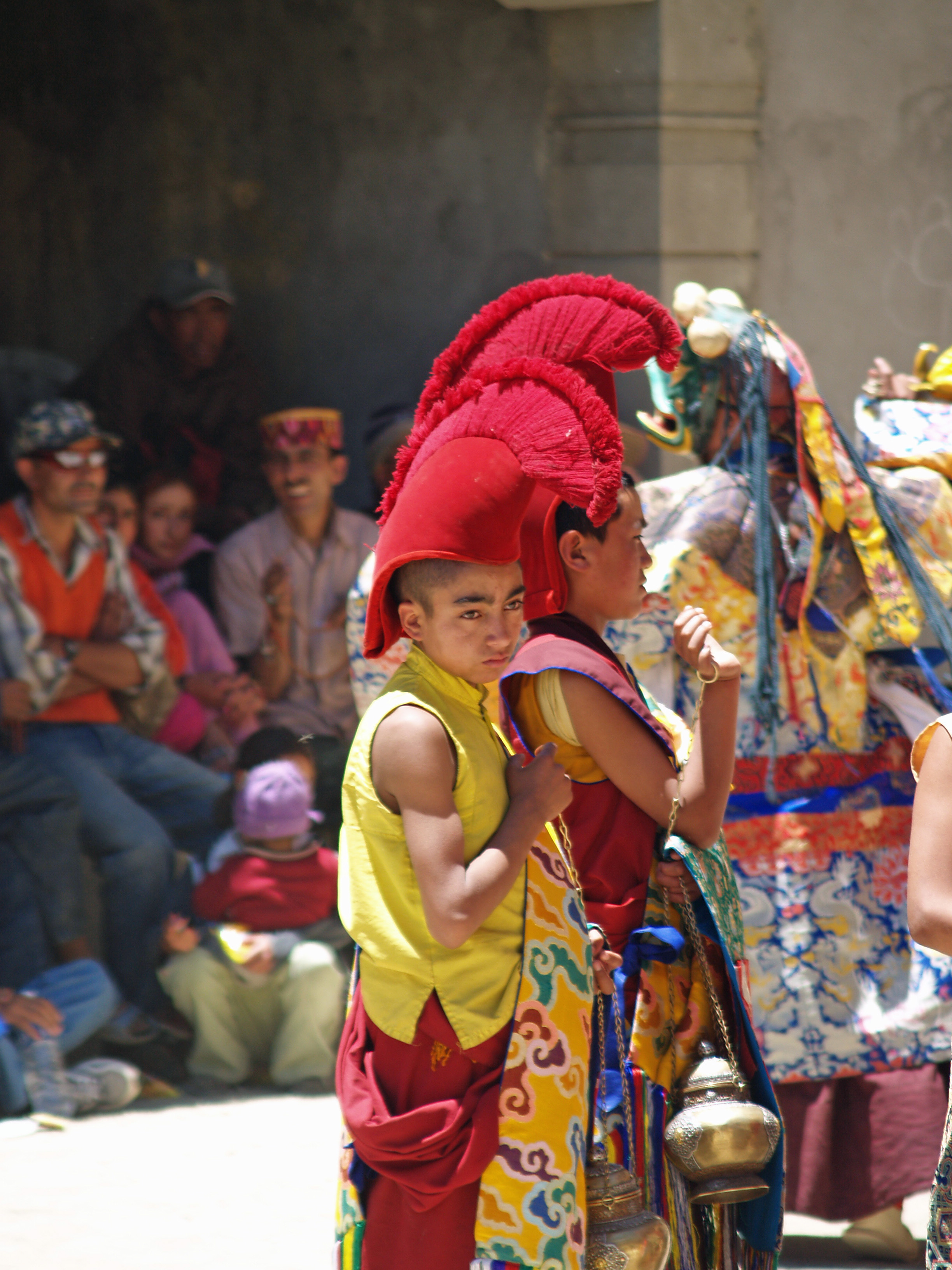 Fichier Young buddhist monk in ceremonial headwear.jpg — Wikipédia 87981dd2fec