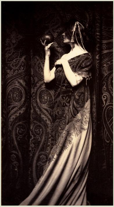 Zapach granatów fot. Zaida Ben-Yusuf, 1899