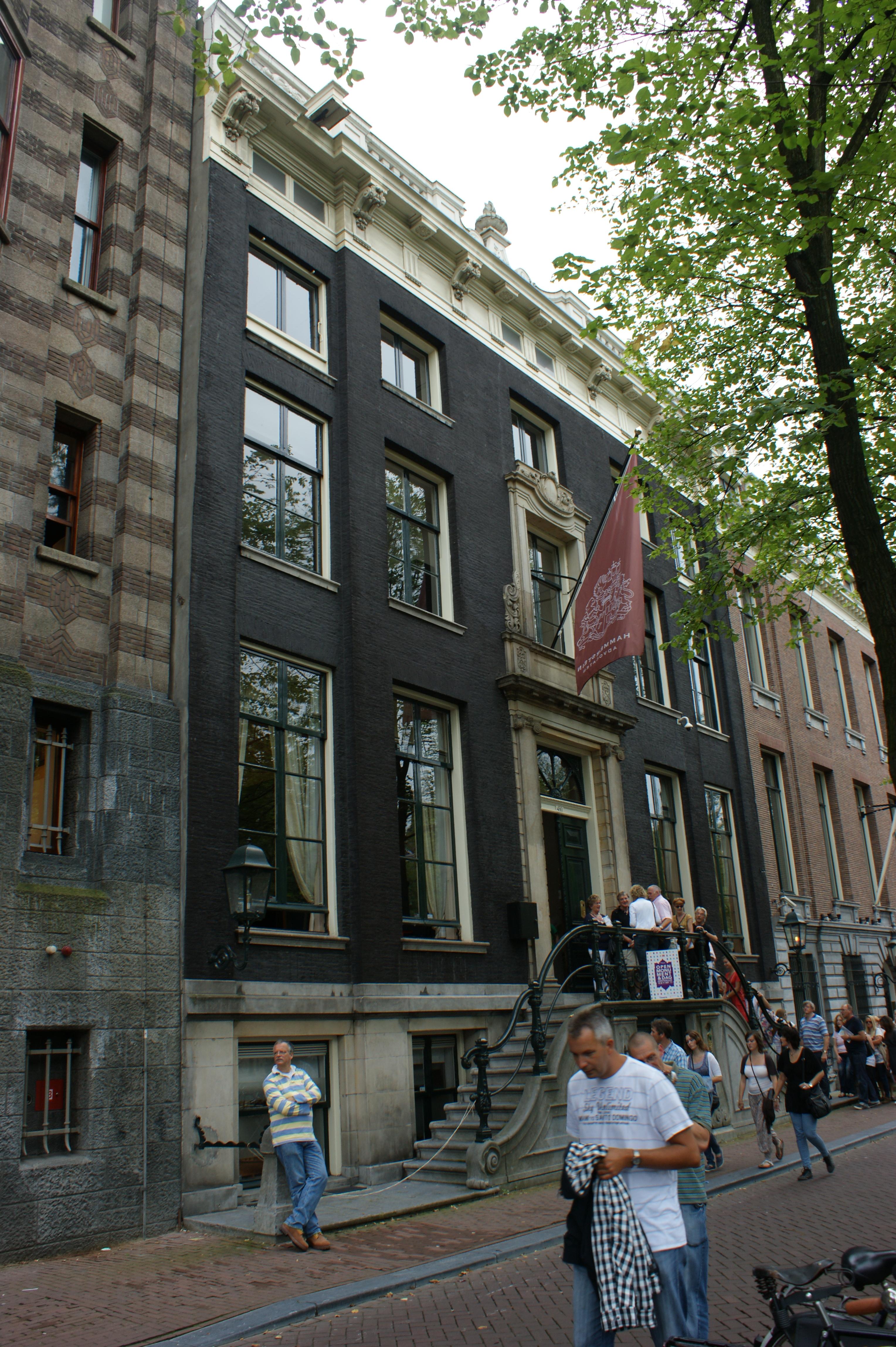 Dubbel huis met gevel voorzien van middenrisaliet en for Herengracht amsterdam