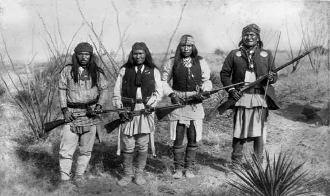 Soubor:Apache chieff Geronimo (right) and his warriors in 1886.jpg