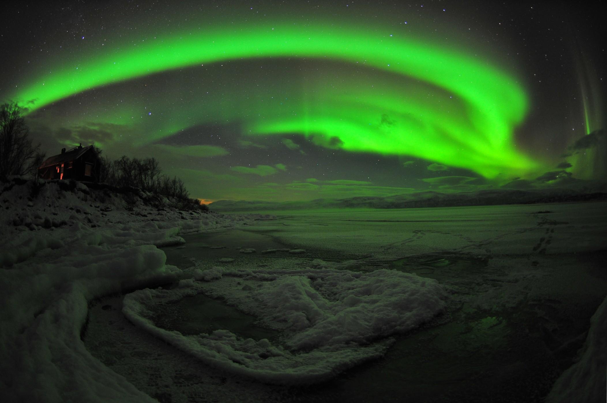 http://upload.wikimedia.org/wikipedia/commons/f/f1/Aurora-abisko-fisheye.jpg