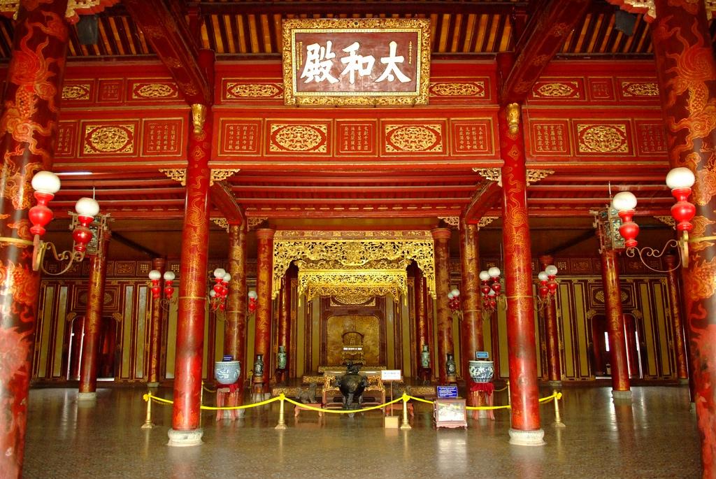 Bên trong điện Thái Hòa(1).jpg