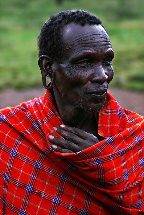 Anziano masai con i lobi allungati