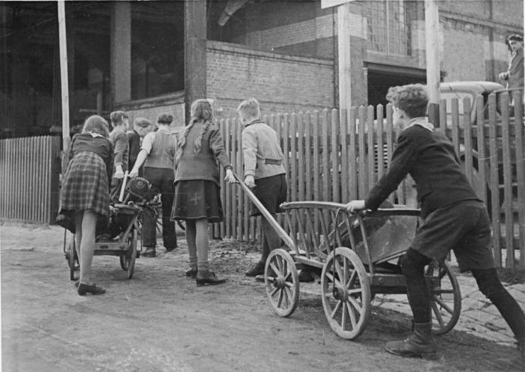 Datei:Bundesarchiv Bild 183-S95276, MAS Kriebethal, Schrottsammlung.jpg