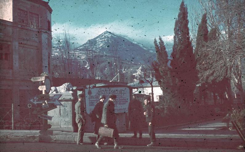 File:Bundesarchiv N 1603 Bild-079, Krim, Simferopol, Soldaten, deutsche Wegweiser.jpg