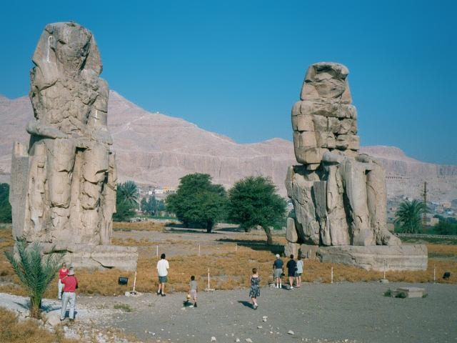 Две статуи - Колоссы Мемнона - изображают сидящего Аменхотепа III