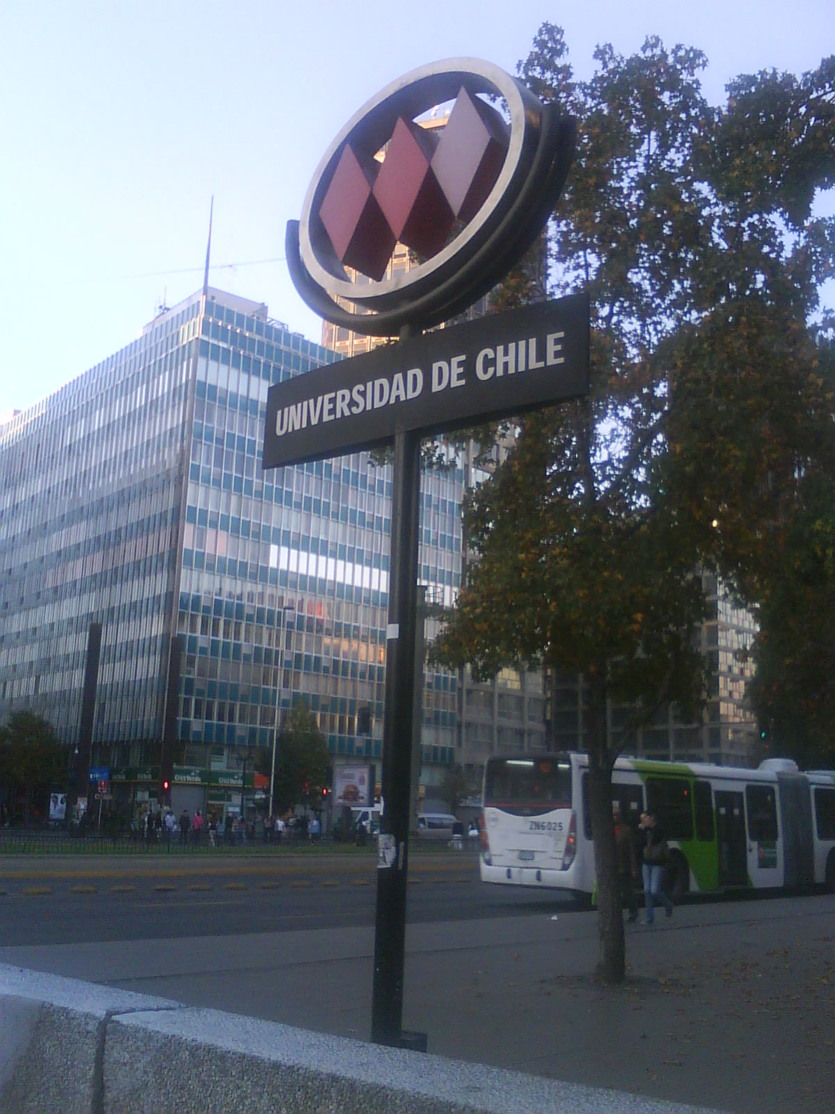 File estaci n universidad de chile metro de for Mural metro u de chile