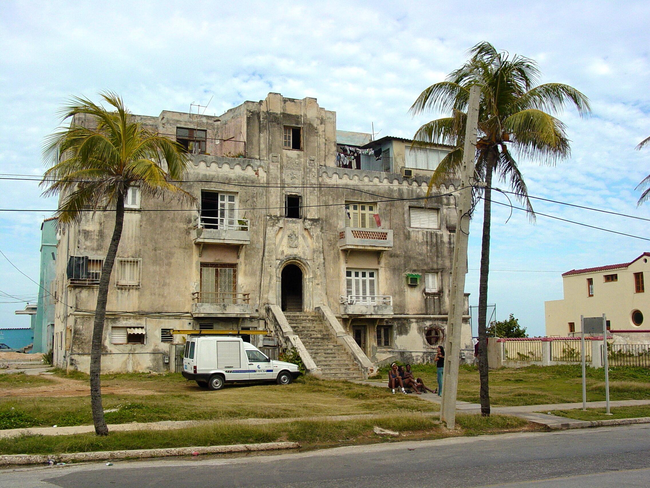 Descripción Facade with Palm Trees - Miramar - Havana - Cuba.jpg