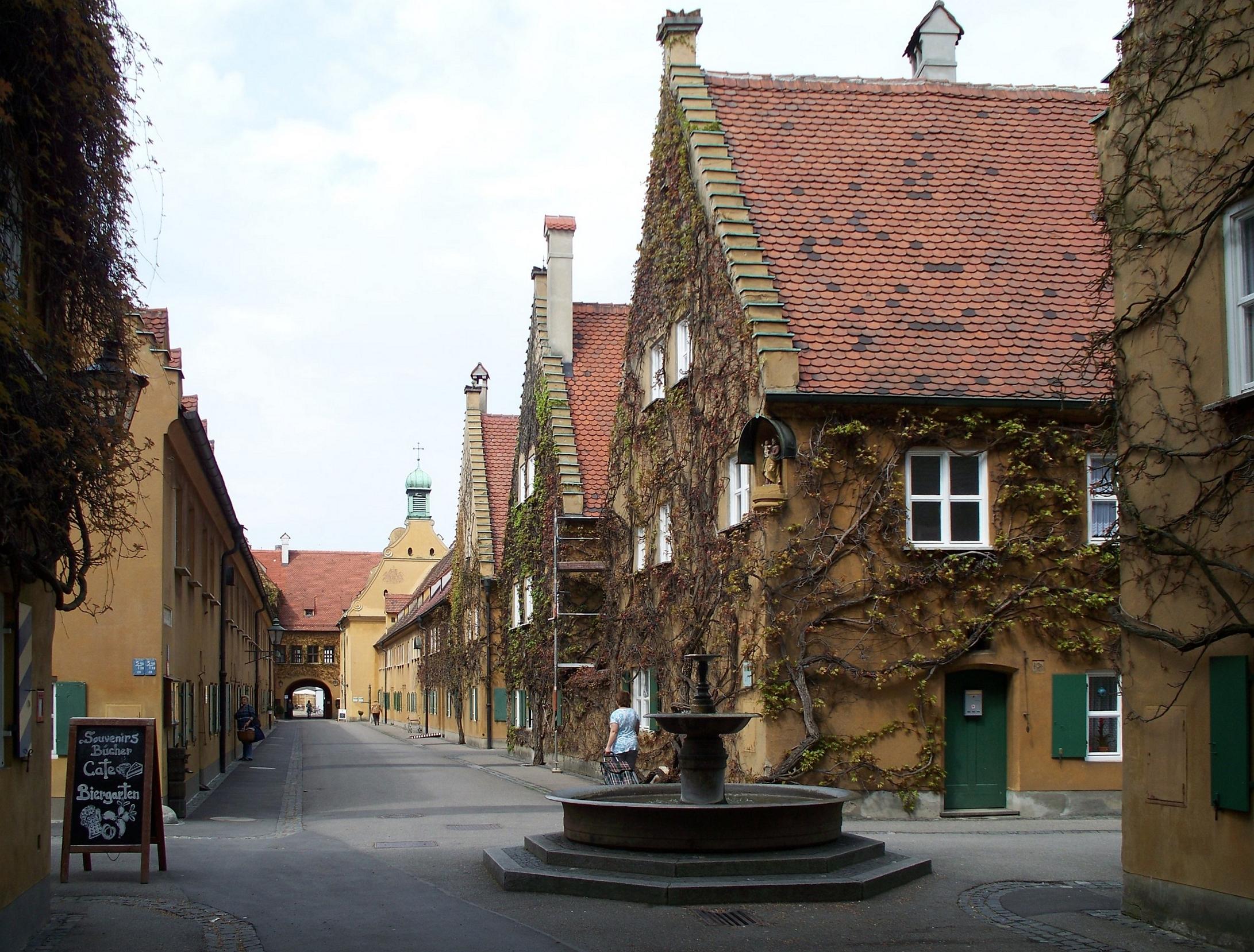 http://upload.wikimedia.org/wikipedia/commons/f/f1/Herrengasse,_Fuggerei,_Augsburg.jpg