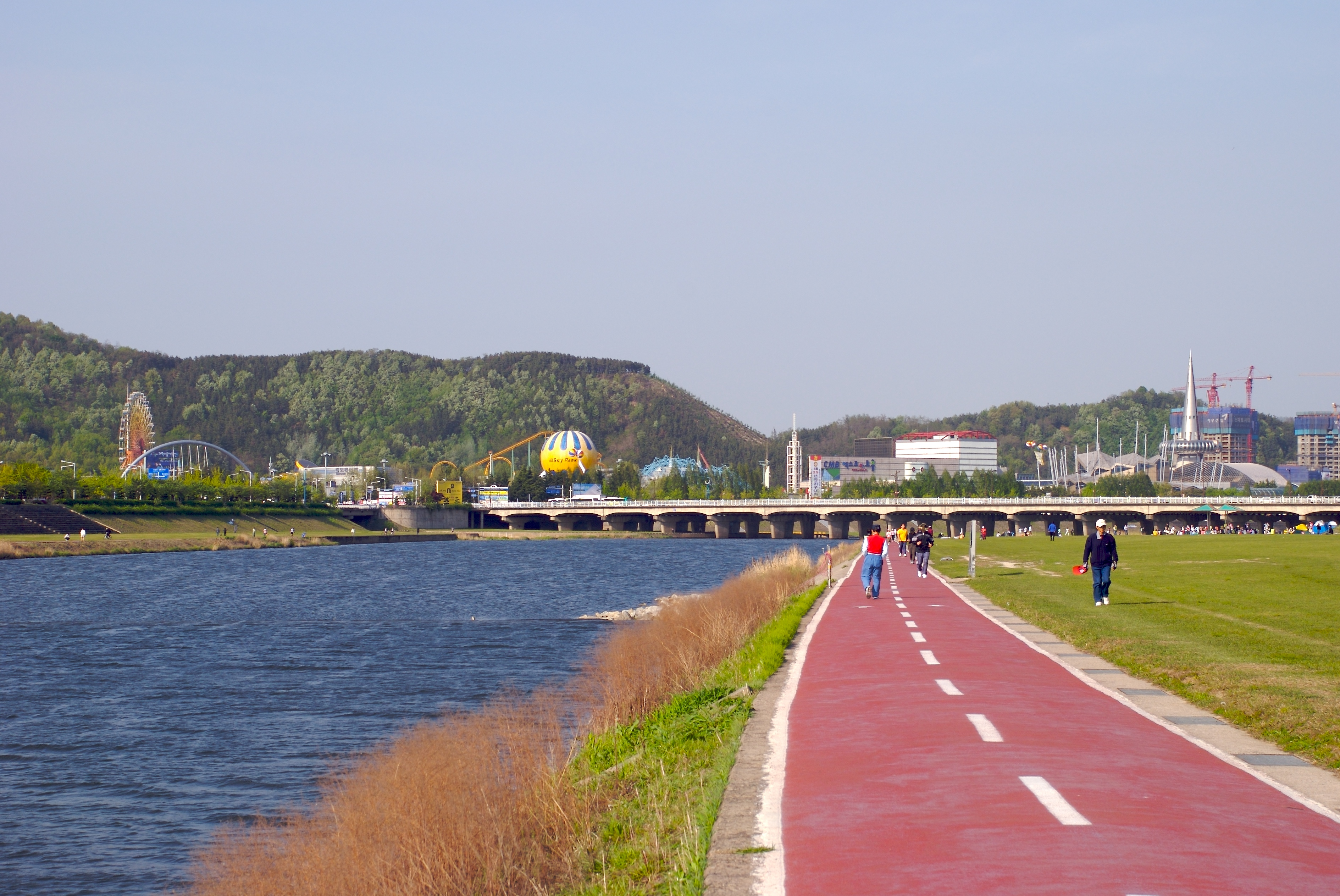 file hiking path along gapcheon in daejeon jpg wikimedia commons