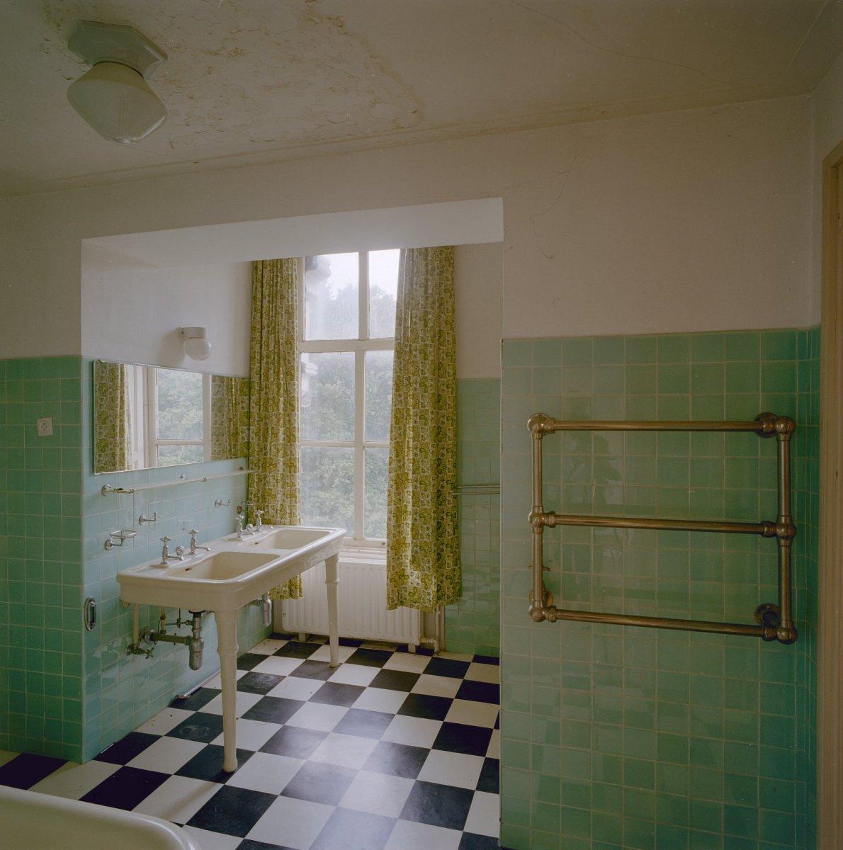 File Interieur, eertse verdieping, badkamer met groene glazuurtegels, dubbele wasbak en