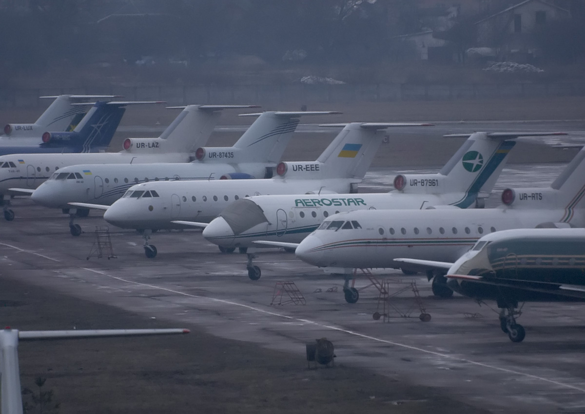 Lineup_of_Yak-40_at_Zhulyany_Airport.jpeg