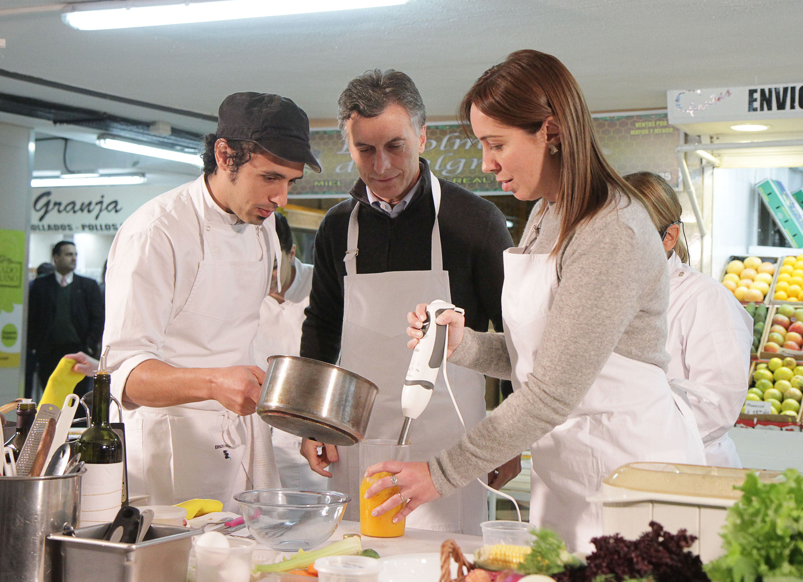 File mauricio macri durante la clase de cocina saludable for Cocina saludable