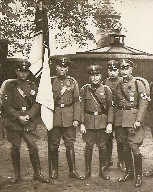 https://upload.wikimedia.org/wikipedia/commons/f/f1/Naziuniformen_1934.jpg