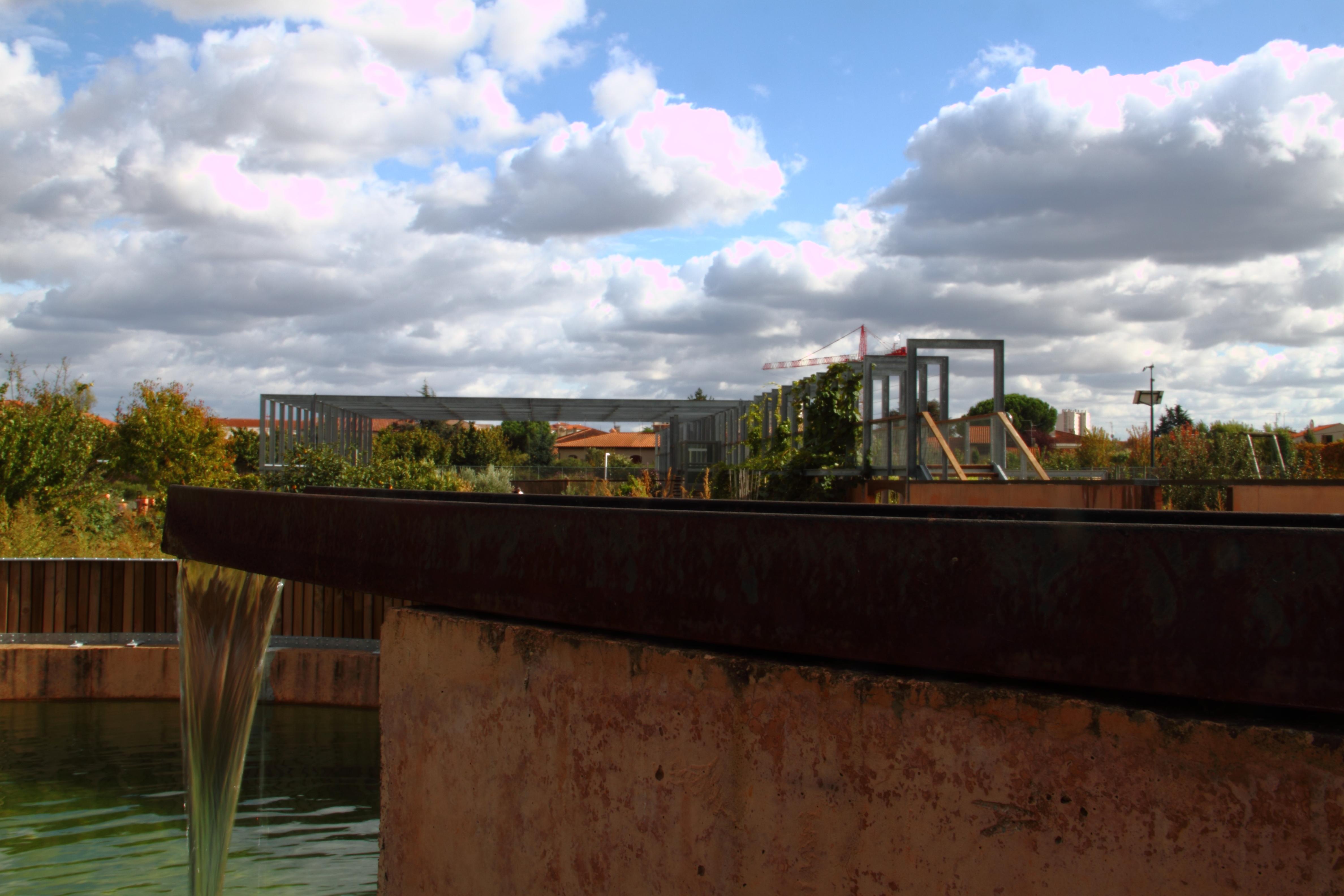File:Noria, jardins du muséum de Toulouse bassin.JPG - Wikimedia ...