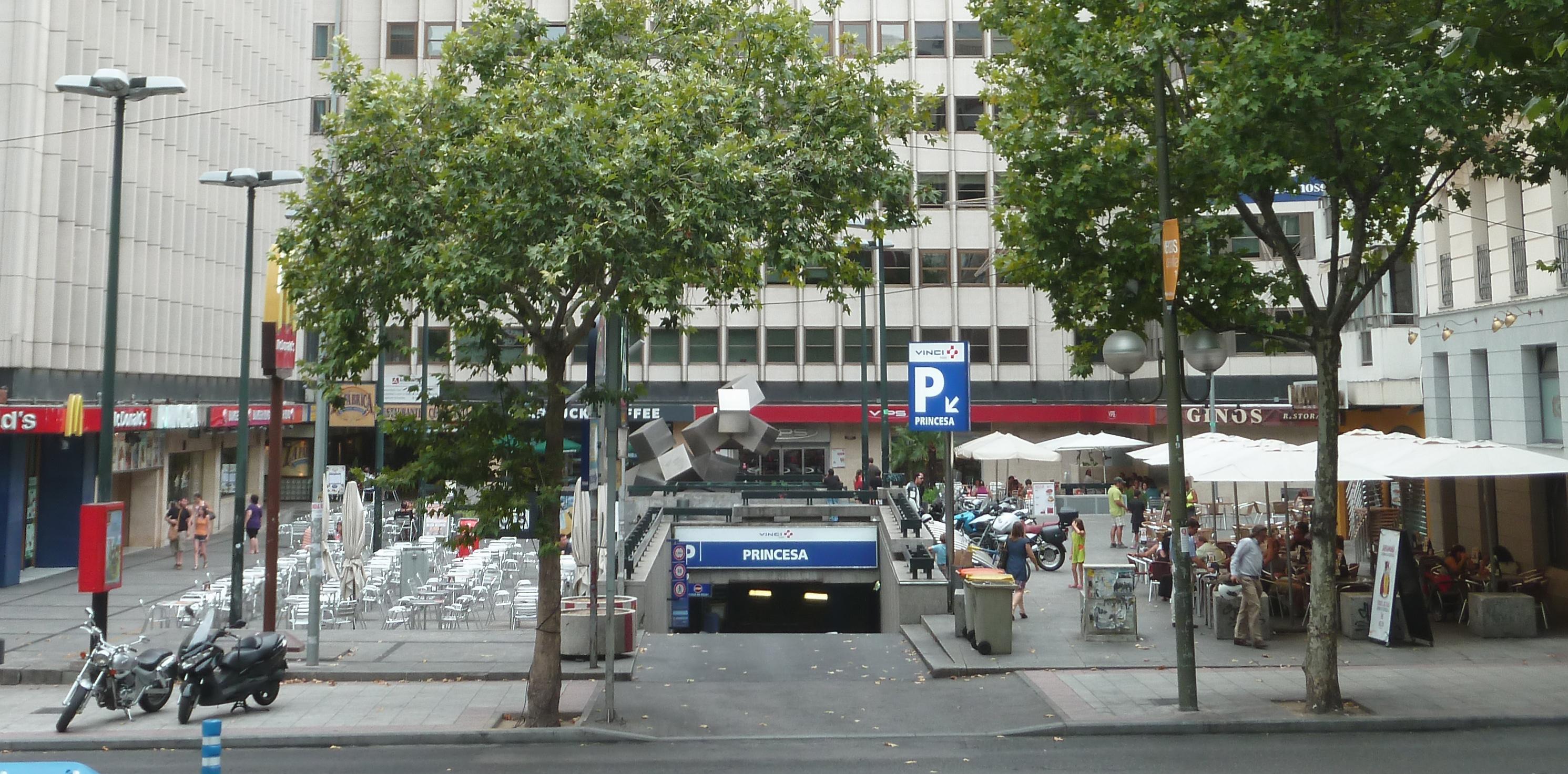 File plaza de emilio jim nez millas madrid for Discoteca plaza de los cubos madrid