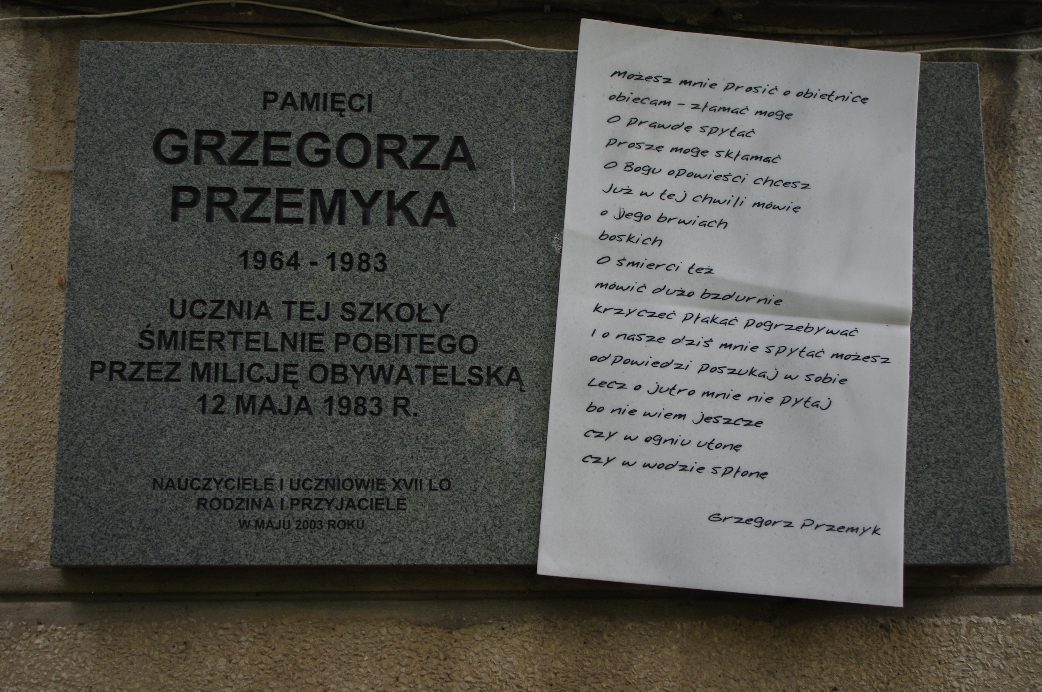 Filetablica Upamiętniająca Grzegorza Przemyka Na Budynku