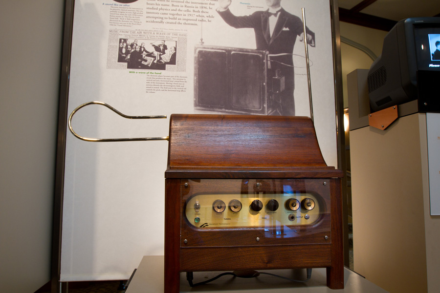 https://upload.wikimedia.org/wikipedia/commons/f/f1/Theremin-Exhibit-02%2C_Bakken_Museum.jpg