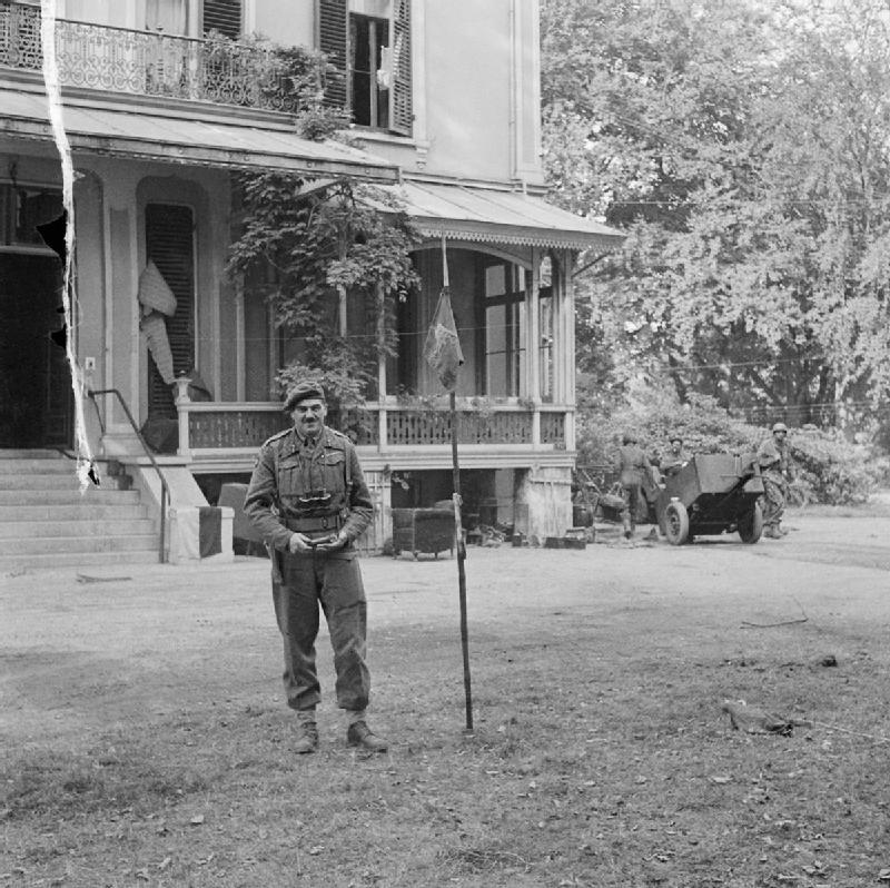 Urquhart bij zijn hoofdkwartier in Hotel Hartenstein (tegenwoordig het Airborne Museum) tijdens Operatie Market Garden.