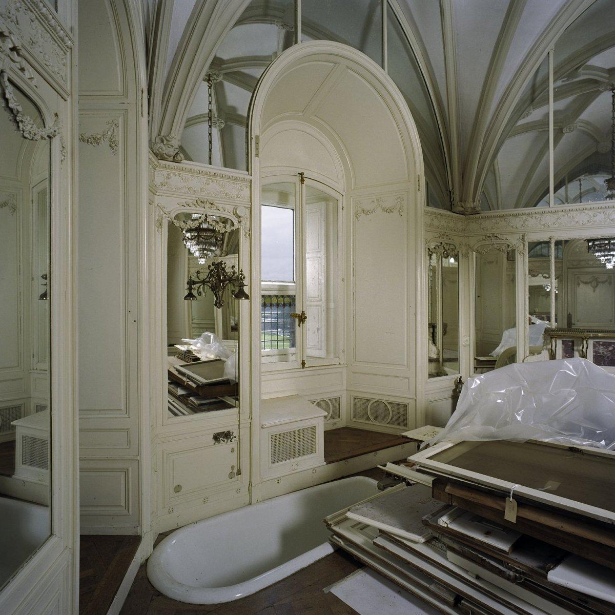 File vertrek badkamer bij kamer 1 interieur met onder andere verzonken bad rechts for Badkamer in de kamer