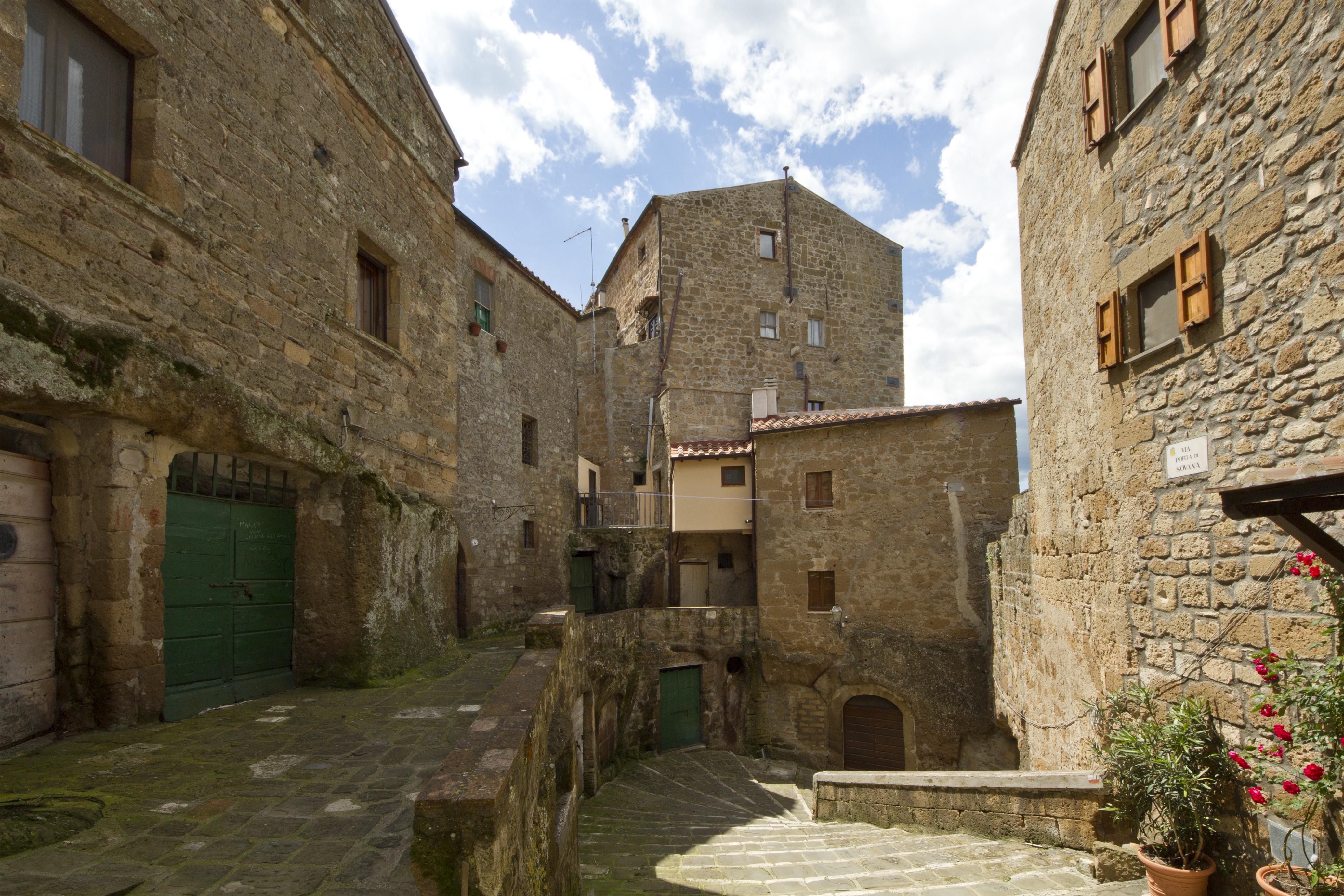 Via Porta di Sovana, Pitigliano, Grosseto, Tuscany, Italy - panoramio.jpg