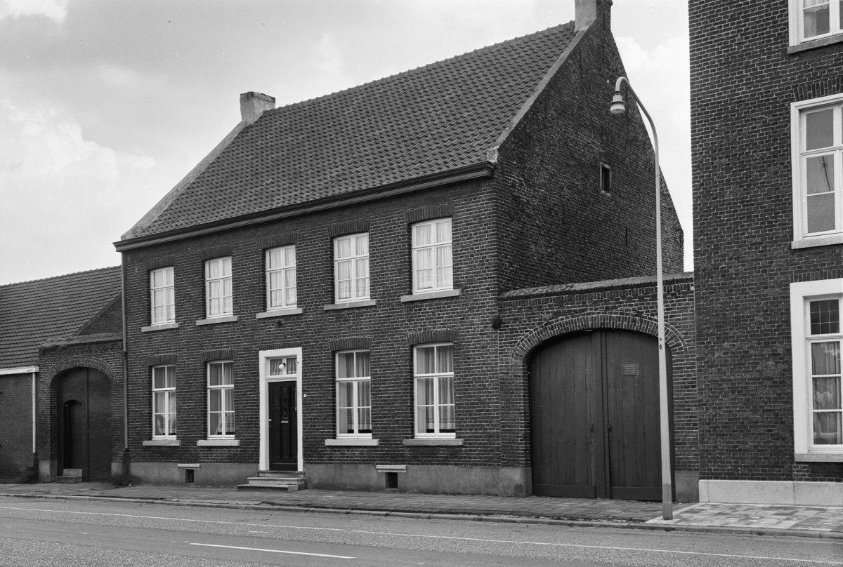 Huis met verdieping onder een zadeldak evenwijdig aan de straat tussen twee koetspoorten in - Tussen huis ...