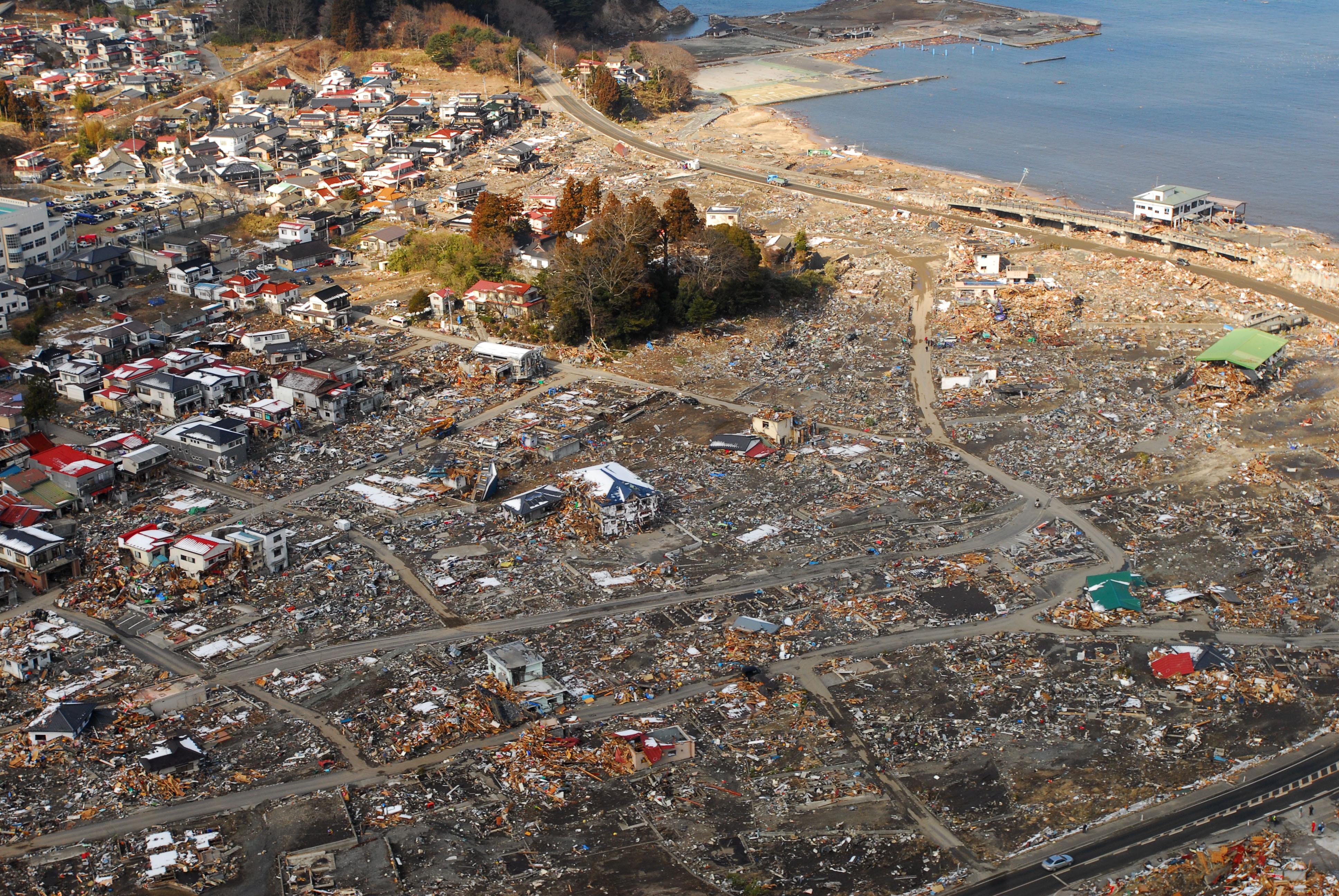 左)津波の被害を受けた石巻港。写真上部は東松島市大曲地区の冠水した水田(2011年3月20日、宮城県石巻市および東松島市)  (中)被災から1週間後の三陸