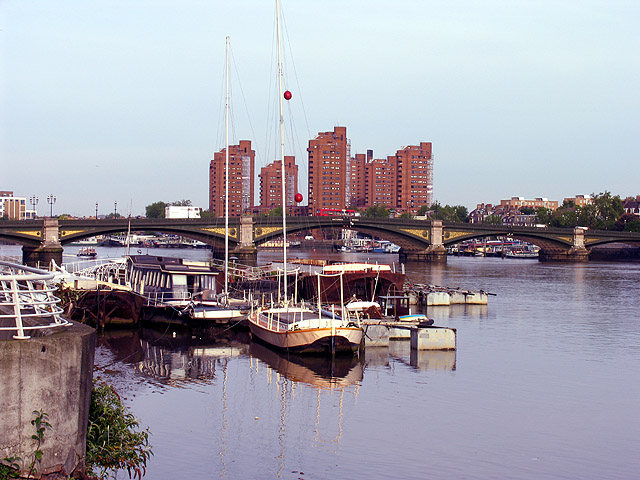 File:Battersea Bridge and Modern Apartments - geograph.org.uk - 22673.jpg