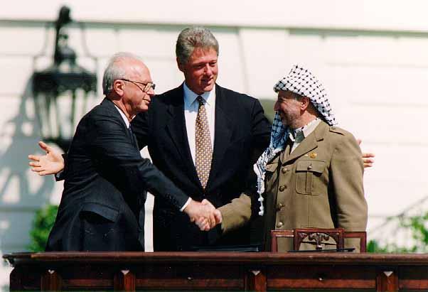 https://upload.wikimedia.org/wikipedia/commons/f/f2/Bill_Clinton%2C_Yitzhak_Rabin%2C_Yasser_Arafat_at_the_White_House_1993-09-13.jpg?1544156759493