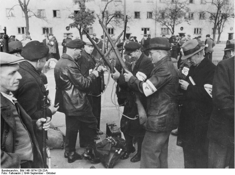 Steyr Mannlicher M95 (Un peu d'histoire...) Bundesarchiv_Bild_146-1974-120-23A%2C_Bewaffnung_von_Volkssturmm%C3%A4nnern