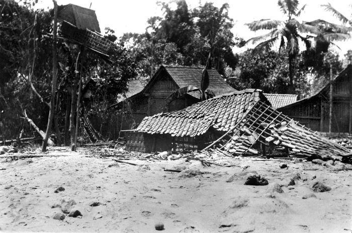 http://upload.wikimedia.org/wikipedia/commons/f/f2/COLLECTIE_TROPENMUSEUM_De_lavastroom_die_in_1930_bij_de_uitbarsting_van_de_vulkaan_Merapi_vrijkwam_verwoestte_het_huis_van_het_desahoofd_van_Gejugang_Midden-Java_TMnr_10004327.jpg
