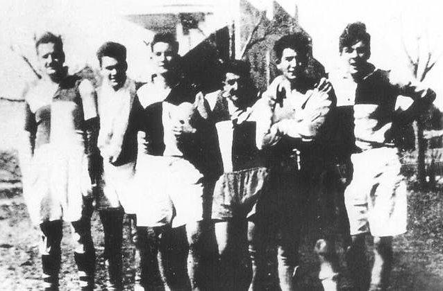 Ernesto Guevara (el primero a la derecha) con integrantes de su equipo de rugby, ca. 1948.