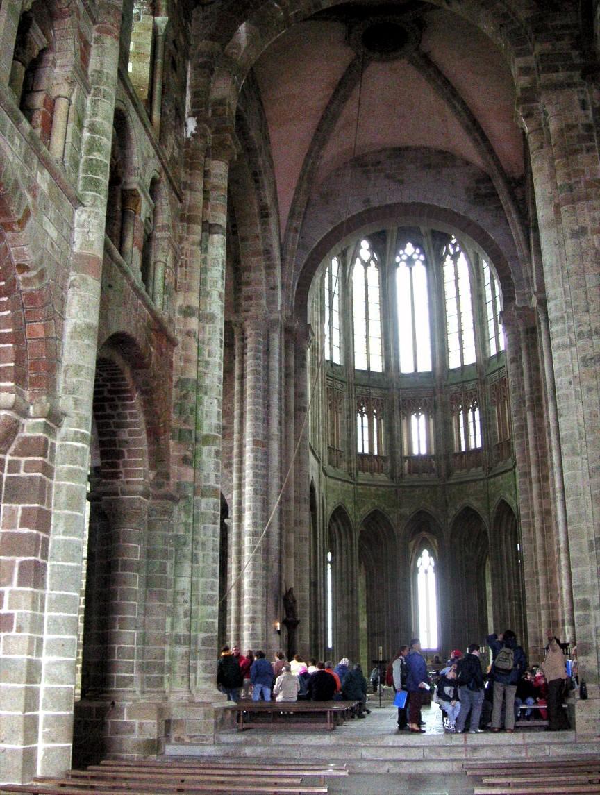 File france mont saint michel church a jpg wikimedia commons for Mont saint michel interieur