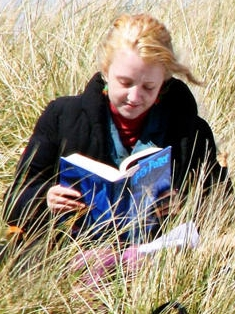 Evanna Lynch reading during filming for Harry ...