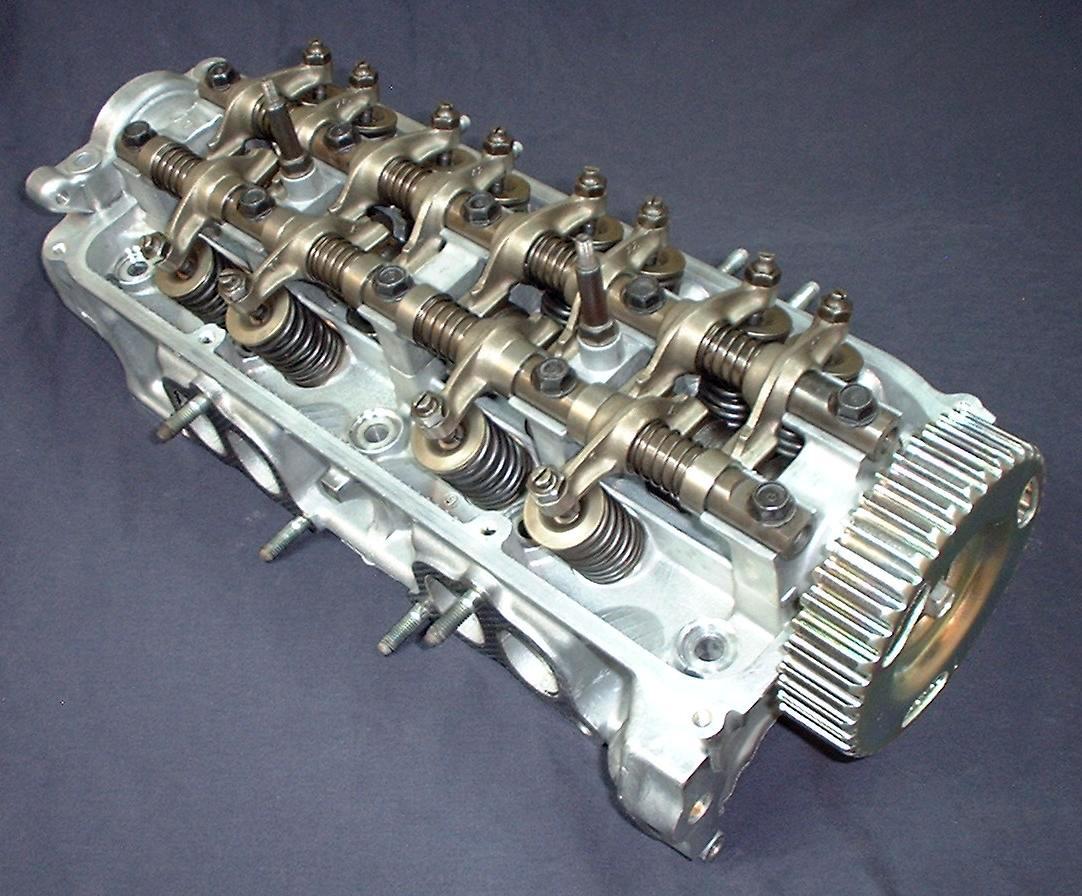 ГБЦ двигателя D15A1 автомобиля Honda Integra 1987 года с приводом клапанов коромыслами.