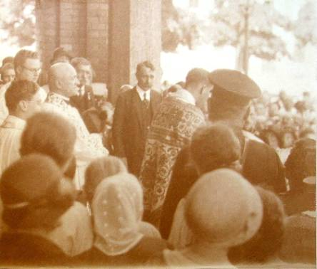 Heinrich Maier 1932, blessing hundreds of people standing out of church