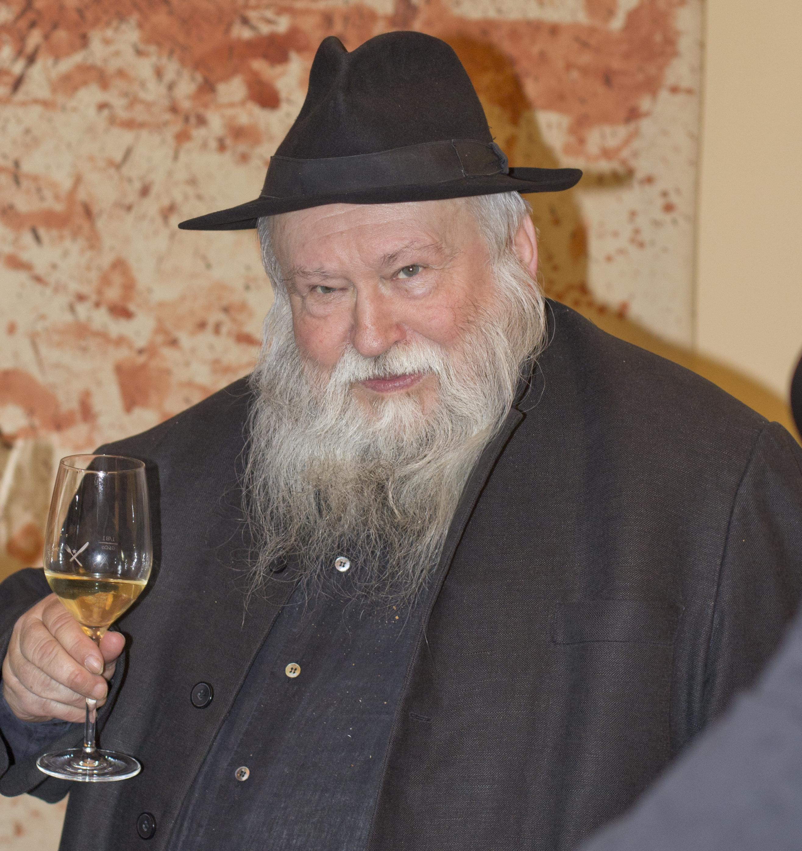 Hermann Nitsch am 28. März 2012 bei der Präsentation seines Weines im Gmoakeller (Wien).jpg
