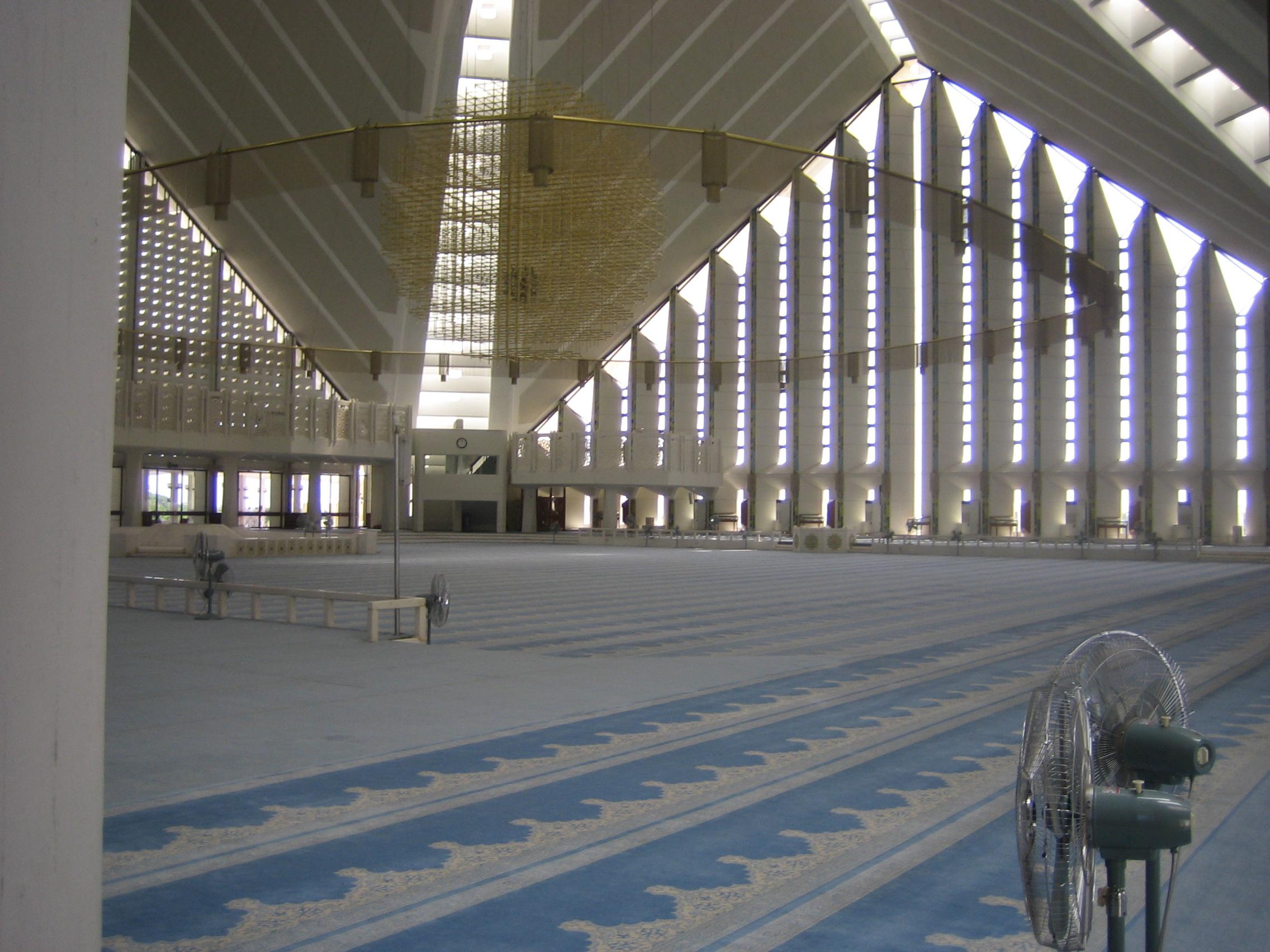File:Inside Shah Faisal Mosque.jpg - Wikimedia Commons