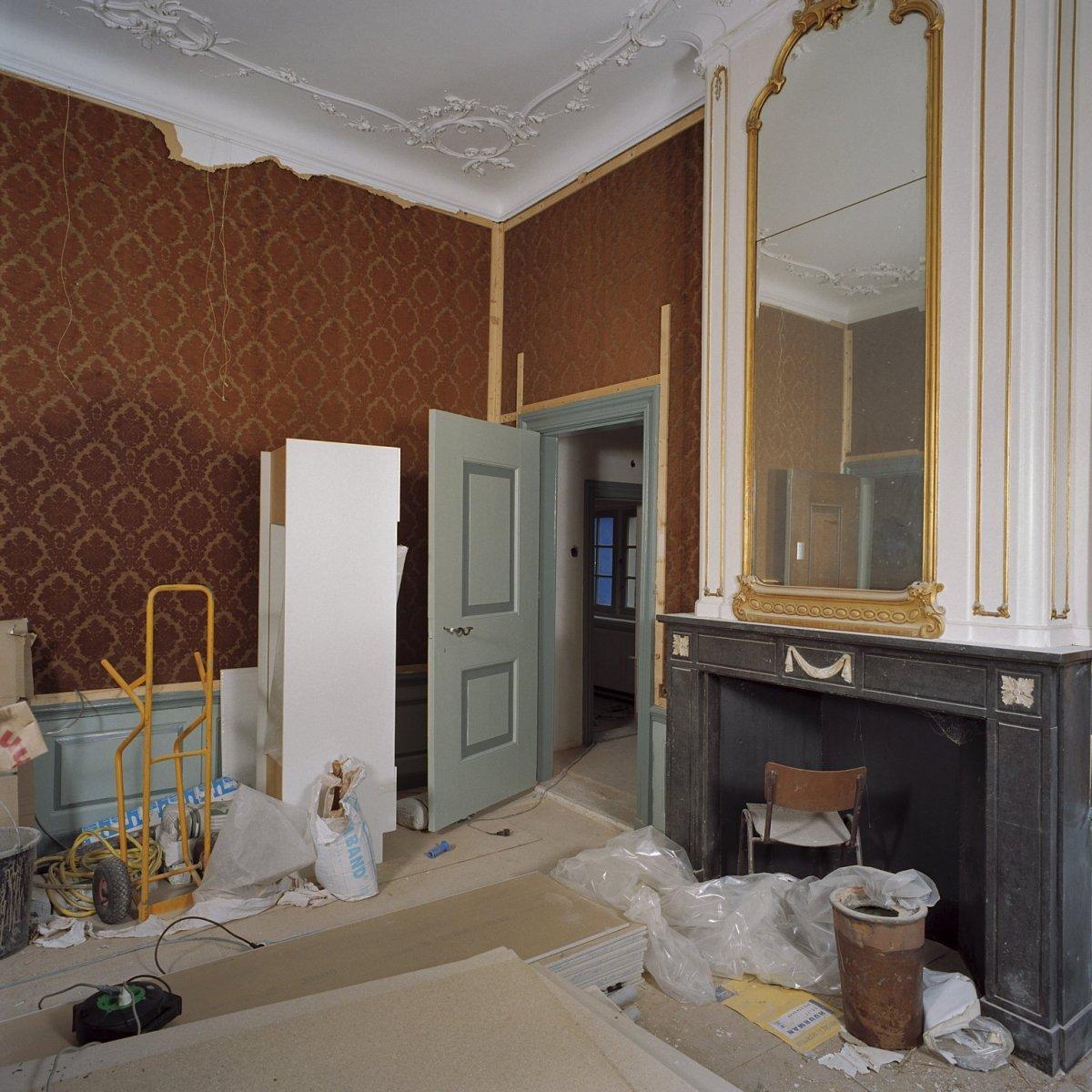 File interieur kamer op begane grond met deur en schouw for Kamer interieur