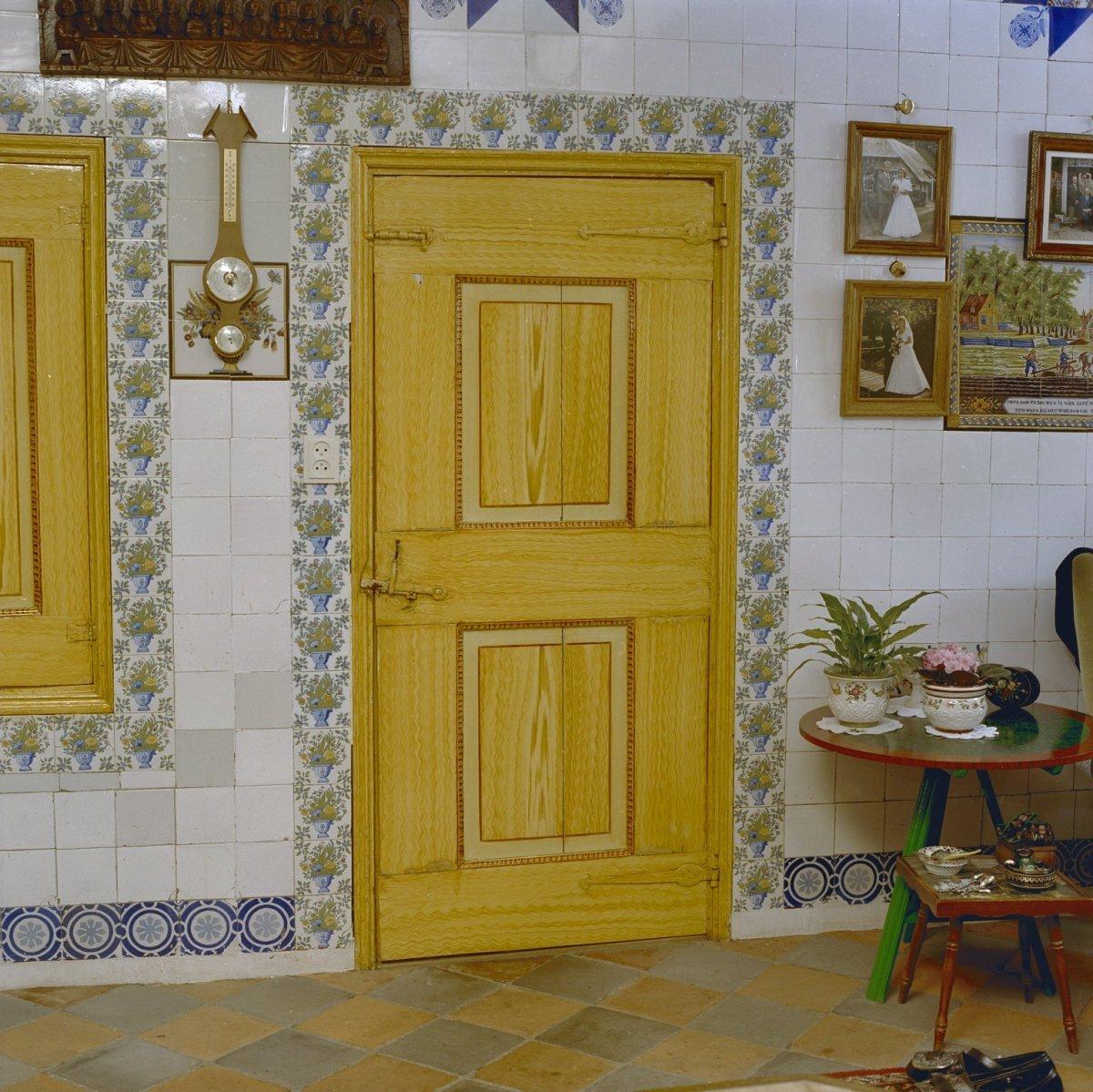 File:Interieur, woonkamer beschilderde deur (achterzijde is rood ...